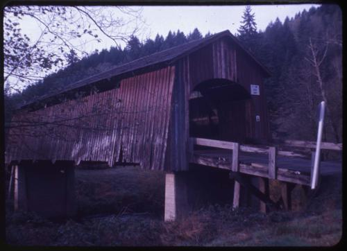 This unnamed structure 1 mile west of Chitwood, Oregon, over Yaquina River is an 84 foot Howe covered bridge built in 1924. Location: T10S R9W S31, Photo by Nina M. Groff., Courtesy of State Library of Oregon.