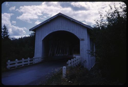 Hannah bridge, 12 miles east of Scio, Oregon, over Thomas Creek, is a 105 foot Howe covered bridge built in 1936. Location: T10S R2E S7, Photo by Glenn G. Groff., Courtesy of State Library of Oregon.