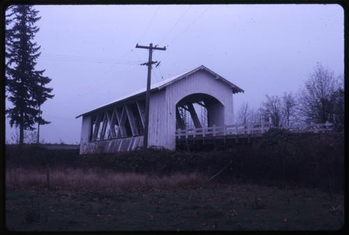 Weddle bridge, 5 miles southeast of Jefferson, Oregon, over Thomas Creek, is a 120 foot Howe covered bridge built in 1937. Location: T10S R2W S21, Photo by Glenn G. Groff., Courtesy of State Library of Oregon.