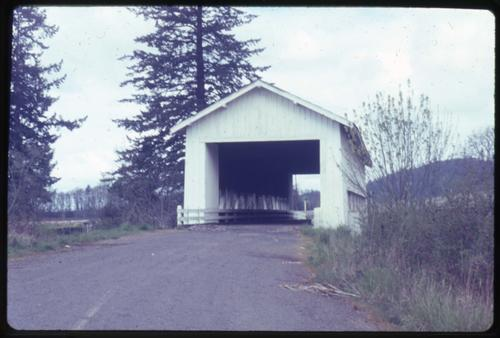 Crawfordsville bridge in Crawfordsville, Oregon, over Calapooia River is a 105 foot Howe covered bridge built in 1932. Location: T14S R1W S18, Photo by Glenn G. Groff., Courtesy of State Library of Oregon.