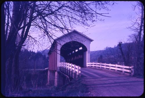Currin bridge, 3 1/2 miles east of Cottage Grove, Oregon, over Row River, is a 105 foot Howe covered bridge built in 1925. Location: T20S R3W S36, Photo by Glenn G. Groff., Courtesy of State Library of Oregon.